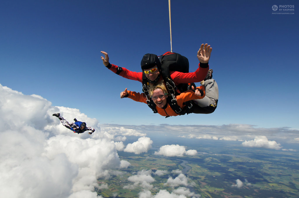 Guests at tandem jump